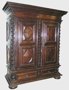 """Belle armoire Louis XIII à motifs """"pointe de diamant et colonnes tournées spirale - Crédit www.antiquites-catalogue.com"""