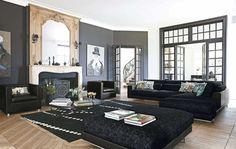 Déco salon gris avec un canapé noir et ottoman