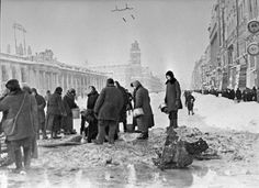 DEC 26 1941 The death toll mounts in a cold starving Leningrad. Leningradians queue up for water. - See more at: http://ww2today.com/26th-december-1941-the-death-toll-mounts-in-a-cold-starving-leningrad#sthash.Az4aNdH4.dpuf RIAN_archive_907_Leningradians_queueing_up_for_water