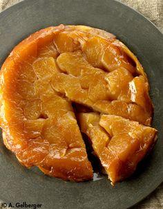 Recette Tatin aux pommes : 1. Etalez les 2/3 du beurre dans un moule à manqué de 24 cm de diamètre. Parsemez des 2/3 du sucre.2. Coupez les pommes en quatre, pelez-les et ôtez le coeur. Rangez les quartiers dans le moule, bien serrés les uns contre les autres. Parsemez-les du reste de sucre et ...