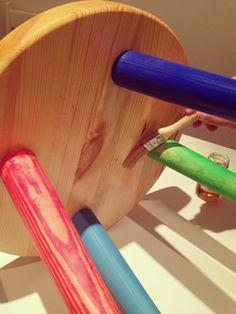 Seguimos aplicando el aceite para maderas por debajo de la tapa y en las tapas para proteger bien los colores