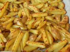 Sütőben sült krumpli recept: Én nagyon szeretem ezt a sütőben sült krumpli receptet. Szerintem egyszerű, viszonylag gyors, nem kell szöszölni sem vele, és ráadásul nincs olajszag a lakásban. A kész sült krumpli pedig nagyon finom, ropogós (ha nem tesszük fullra a tepsit). Arra figyeljük csak, hogy sütni való burgonyát használjunk. Hungarian Recipes, Food 52, Potato Recipes, Green Beans, Fine Dining, Food And Drink, Potatoes, Vegetables, Gastronomia