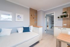 Graues Jugendzimmer mit holzakzenten im Trend 146 W in der Blauen Lagune Trends, Blue Lagoon, Wood Accents, Grey Walls, Room Girls, Kids, Beauty Trends