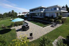 wunderschöne Terrasse mit ARENA®-Pflastersteinen in der Farbe Staufer-Schattiert