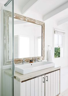 El baño pintado de blanco de esta casa sudafricana tiene una bacha doble de apoyo y un espejo con marco decapado. Double Vanity, Design Inspiration, House Design, Mirror, Bathroom, Furniture, Home Decor, Vanities, Beach House