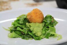 Tuorlo d'uovo panato su insalatina con semi di zucca e avocado.
