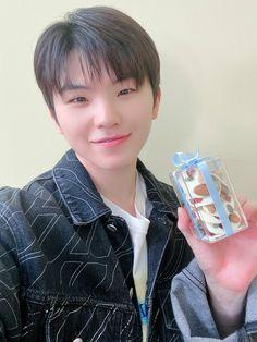 trans: one more sweet gift #캐럿의_하루_옆에_언제나_세븐틴 #Happy_CARAT_Day #seventeen #woozi #jihoon #우지 #지훈 #세븐틴 #sebong #セブチ #ウジ #李知勳 Wonwoo, Jeonghan, Seungkwan, Dino Seventeen, Seventeen Woozi, Seventeen Debut, Hoshi, Hip Hop, Solo Photo