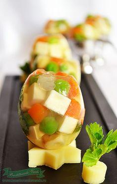 Oua din legume si cascaval este un aperitiv festiv caruia ii sta bine alaturi de alte aperitive la masa de Paste si cu siguranta va veti impresiona musafirii si famila servind-o la masa. Ingrediente : 200 ml supa dulce de pui (puteti folosi si cub de supa ) 1 lingurita gelatina legume, cascaval afumat de