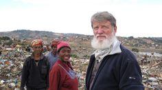 El padre Pedro Opeka llegó a Africa a los 22 años, después de su ordenación. Allí quedó impactado por la cantidad de gente que vivía de la basura.  Y decidió hacer algo: terminó armando una verdadera ciudad, con 17 barrios, 5 guarderías y 4 escuelas.  Es originario de Argentina y ha sido propuesto para premio Nobel de la paz 2015