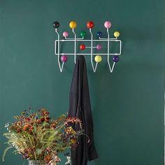 Empecemos por el principio: Colgando la ya indispensable chaqueta en el Hang It All de #CharlesAndRayEames producido por #Vitra y a por el día! 💙 #DomésticoShop #design #interiordesign #interiordesigner #interiordecor #interiorarchitecture #homestyle #theartofslowliving #seekthesimplicity #designinspiration #easyliving