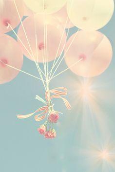 Globos rosa palido con flores amarradas: lindo detalle!