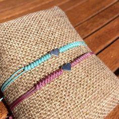 Pulseras con colores primaverales y detalle central en forma de corazón (material zamak) Diy Bracelets Easy, Wish Bracelets, Macrame Bracelets, Handmade Bracelets, Handmade Jewelry, Diy Crafts Jewelry, Bracelet Crafts, Cute Jewelry, Bead Embroidery Jewelry