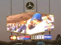 Beso gay en la pantalla gigante del estadio de beisbol de los Dodgers