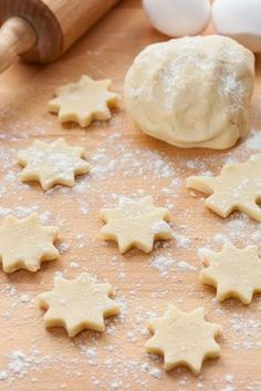 If you are making Christmas cookies or treats this year, you will need these holiday baking must-haves to ensure the process is as smooth as possible! Cut Out Cookies, How To Make Cookies, Cupcake Cookies, Sugar Cookies, Bolo Pullman, Cookie Recipes, Dessert Recipes, Galette, Biscuits