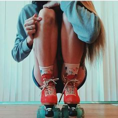is under way and the posts are making this summer SOOOOO awesome! Here's one with pointing to the heart that's healing her knees ❤️ Roller Disco, Roller Derby, Retro Roller Skates, Quad Roller Skates, Roller Skating Pictures, Rollers, Tumblr P, Skater Look, Skate Photos