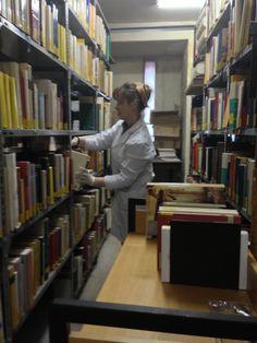 Seleccionando libros en el depósito de Hispánicas