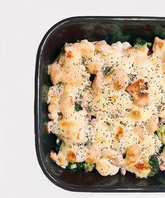 """SunnStudent: """"Gratinert kyllingform med brokkoli, blomkål og kremost👀veldig enkelt og godt! • kylling  • Brokkoli • Blomkål • Løk • Kremost (hvitløk/ urter eller pesto/ ruccola) • Ost til topping • Ønsket krydder (jeg brukte salt, pepper, hvitløkskrydder og oregano)  .......  Sett ovnen på 220 grader. Skjær kyllingfilet i terninger og stek med ønsket krydder. Legg kuttet broccoli, blomkål og lök i en ildfast form. Legg kyckling over i form, og legg «derter» av mjukost oppå. Tilslutt strør… Mashed Potatoes, Ethnic Recipes, Food, Whipped Potatoes, Smash Potatoes, Essen, Meals, Yemek, Eten"""