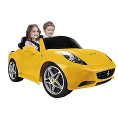 Feber - Ferrari Califórnia Amarelo 12V, um veículo com dois lugares e para os mais pequenos. Funciona com um motor e uma bateria de 12V. Tem acelerador de pé, travão elétrico, marcha atrás e para a frente. Inclui cintos de segurança. Velocidade: 5 km/h.