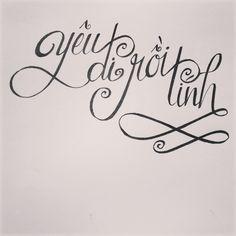 Có nhiều người khi bắt đầu 1 mối quan hệ cứ ngại ngại, cứ lo sợ đủ thứ. Này nói cho nghe nhá, tìm được 1 tình yêu thật sự *kiểu tim đập thình thịch và yêu bất chấp* là khó tìm lắm nhá. Mày cứ lưỡng lự mãi thì tuột mất đừng ngồi khóc than. Châm ngôn của tao là *Yêu đi rồi tính* Yêu trước tính sau, yêu rồi cái gì cũng vượt qua được, chỉ cần có nhau. #typography #handlettering #karxie Name Cards, Editor, Overlays, Love Quotes, Fonts, Smartphone, Typography, Design, Qoutes Of Love