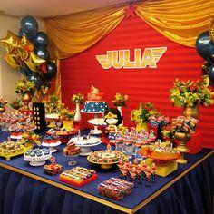 Hoje foi dia de Menina Maravilha para comemorar os 4 aninhos da Júlia! Foi o segundo ano decorando a festinha dessa menina linda! ❤️ Balões @pintando_o_7_com_baloes Bolo @joana_bethania_cakes  Cakepops e pirulitos @maisquebombolosedoces  Doces decorados @amado_doce  Brigadeiros @deli_delu  Brownies recheados @soniabrownies  Donuts e cupcakes @pecaditos  Pães de Mel @tobeedeliciasdemel  #madamegirafa #festamulhermaravilha #festameninamaravilha #mulhermaravilha #festademenina… Wonder Woman Birthday, Wonder Woman Party, Anniversaire Wonder Woman, Baby Girl Birthday Theme, Black Gold Party, Girl Superhero Party, Donut Party, Girl Themes, Sleepover Party