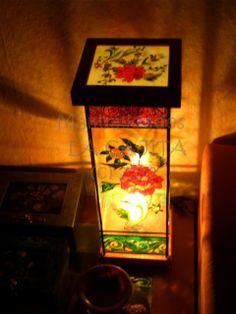 Lámpara de cristal con molduras de madera decoradas con acrílicos, esmaltes y emplomado.
