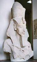Les Vénusiens sont parmi nous depuis toujours | Akhénaton  Le Pharaon Akhénaton fut l'un des plus grands mystères archéologiques de notre temps. Vénéré par certains «illuminés» et surnommé d'«hérétique» par ses successeurs; ce roi égyptien dont a fait tant d'effort pour effacer toute trace de son passage sur la terre d'Égypte a laissé derrière lui plus de questions que de réponses… d'ailleurs, sa tombe reste toujours à découvrir.  Son nom veut dire : »celui qui est bénéfique ». Ce grand…