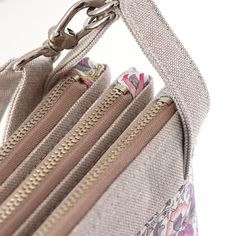 Compact and practical 3 compartment bag. Its 3 zippered compartments give you a fast way to find what you're looking for. Clutch Bag, Crossbody Bag, City Bag, Small Bags, Boutique, Evening Bags, Bag Making, Shoulder Strap, Zipper