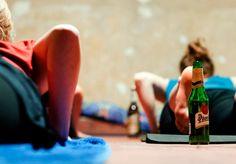 Tomar cerveja e praticar yoga sempre foram duas coisas distintas e feitas separadamente, no entanto servem para um mesmo propósito: dar uma bela relaxada. Mas e se for possível fazer as duas coisas ao mesmo tempo? Depois de ter caído nas graças dos hipsters de Berlim, agora esta inovadora atividade física está chegando à Austrália – um p...