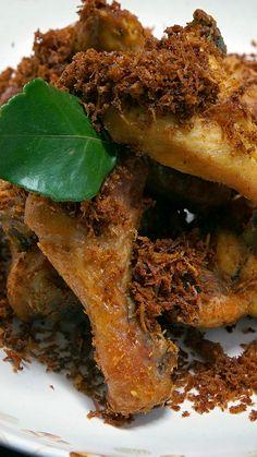Resep dengan petunjuk video: Makan Ayam yang hanya di goreng saja, sudah biasa. Coba bikin Ayam Goreng Serundeng satu ini, serundengnya dijamin bikin nagih! Bahan: ½ ekor ayam broiler, potong 8, 1 batang sereh, 3 lembar daun jeruk, 2 lembar daun salam, ½ butir kelapa parut, ½ butir jeruk nipis, 800 ml santan cair, garam, gula, bumbu halus :, 2 butir kemiri, 1 sdt ketumbar biji, ¼ sdt merica biji, 1 ruas jahe, 2 ruas lengkuas, 5 buah bawang merah, 2 siung bawang putih, 2 ruas kunyit