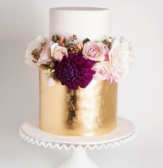 Beautiful white and gold cake topped with fresh pink and burgundy blooms via… - Hochzeitstorte Gorgeous Cakes, Pretty Cakes, Amazing Cakes, Paper Cake, Cake Art, Metallic Cake, Metallic Gold, Gold Leaf, 2016 Wedding Trends