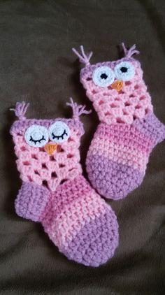 Hej! Satt uppe igår kväll och knåpade ihop ett mönster på dessa ursöta ugglesockor. Dem är i storlek 17-19 och passar ca 6-12 månaders. Jag har använt nål 3,5 och restgarner, gick åt väldigt lite g... Crochet Boots, Crochet Bebe, Crochet Clothes, Knit Crochet, Knitting For Kids, Baby Knitting Patterns, Crochet For Kids, Crochet Patterns, Boots With Leg Warmers