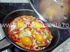 Ouă cu legume (la tigaie) | Rețete BărbatLaCratiță Eggs, Vegetables, Breakfast, Egg, Vegetable Recipes, Veggies, Morning Breakfast