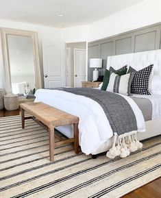 Rooms of patricinhas - Home Fashion Trend Scandi Living, Wood Dining Bench, Home Decor Bedroom, Cozy Master Bedroom Ideas, Coastal Master Bedroom, Bedding Master Bedroom, Green Master Bedroom, Master Bedroom Design, Apartment Master Bedroom