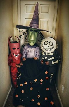 Looking for DIY Halloween Costumes? Here are Easy DIY Halloween Costumes for Kids and Adults. These Halloween Costumes are also for groups & couples. Trio Halloween Costumes, Soirée Halloween, Christmas Costumes, Family Halloween, Holidays Halloween, Halloween Decorations, Halloween Cosplay, Homemade Halloween, Trio Costumes