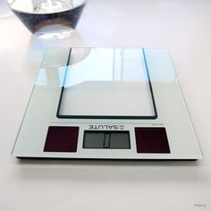 salute solar scale is simple use body scale .this has solar battery .  サルート ソーラー 体重計はソーラーバッテリー搭載のシンプルに使える体重計です。