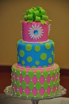 Torta de 3 pisos circulares en doble altura cubierta en fondant y motivos a contraste en tonos neon
