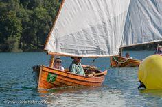 Mattsee. Zünftig in Lederhose und Dirndl stachen die Teilnehmer der Gössl Lateiner Regatta am wunderbaren Mattsee in See. Austria, Sailing, Boat, Movie, Rowing, Photo Studio, Dirndl, Candle, Dinghy