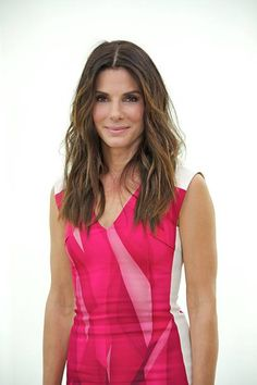 You go girl! A new report claims that Sandra Bullock brought her new boyfriend to Jennifer Aniston and Justin Theroux's wedding -- and that he is a TOTAL hottie. Sandro, Sandra Bullock Hot, Brown Blonde Hair, Wavy Hair, New Boyfriend, Zoe Saldana, Celebrity Moms, Jennifer Aniston, Hair Cuts