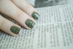 GeekandCare: Uñas Estampadas con papel de diario.