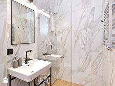 Piękne, nowoczesne aranżacje łazienek mają jeden wspólny mianownik: lekkość i przestronność. Skąd takie wrażenie? Bardzo często chodzi o brak brodzika. Kiedy wzroku nie przykuwa wielka, biała niecka, wystrój łazienki i elementy dekoracyjne są bardziej widoczne. Wygląda ładniej, estetyczniej, ale co  ...