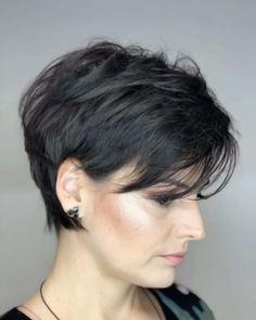 Cabelo curto, penteado cabelo curto и cabelo cacheado curto. Long Pixie Hairstyles, Latest Short Hairstyles, Pixie Haircut, Straight Hairstyles, Hairstyles Videos, Layered Hairstyles, Simple Hairstyles, School Hairstyles, Everyday Hairstyles