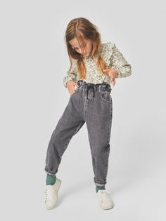 Paperbag jeans with an elastic waistband and front button fastening. Featuring contrast drawstrings and a five-pocket design. Kids Fashion Boy, Little Girl Fashion, Toddler Fashion, Look Zara, Image Mode, Outfits Niños, Vetement Fashion, Baby Girl Dresses, Woman Dresses