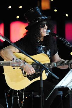 Slash playing his Maton