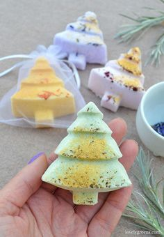 How to make essential oil Christmas Tree Bath Bombs. There's a sprinkling of gold mica on top that leaves a shimmer in the bath and on your skin #lovelygreens #bathbomb #diychristmas