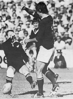 1976 All Black tour – Fourth test This picture shows Grant Batty coming of second best against Morné du Plessis in the fourth test. South African Rugby, All Blacks Rugby, New Zealand Rugby, New Africa, Rugby League, Second Best, My Childhood Memories, Real Man