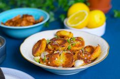 Krispig potatis med oumph och pepparsås.