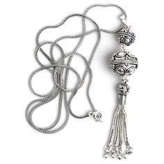 Pandantiv și lanț din argint, lucrate manual în Indonezia. Pandantivul este compus din două biluțe frumos lucrate cu motive vegetale, de care atârnă un ciucuraș drăguț și foarte mobil care are același gen de împletitură ca lanțul. Lanțul lung, cu o patină frumoasă, îi dă și multă eleganță acestui pandantiv care vine bine aproape la orice ținută. Beaded Necklace, Pendant Necklace, Jewelry, Fashion, Jewerly, Beaded Collar, Moda, Jewlery, Pearl Necklace