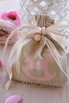Rocking horse, το αγαπημένο! Μπεζ πουγκί με τυπωμένο το κουνιστό αλογάκι σε ροζ χρώμα, σουρώνει στο πάνω μέρος και στολίζεται με στρογγυλό ροζ μάτι (…για να διώχνει τα κακά και να κρατάει κοντά μόνο τη θετική ενέργεια!) και 3 διαφορετικές κορδέλες σε μπεζ και ροζ αποχρώσεις. Μετά τη βάπτιση μπορεί να χρησιμοποιηθεί σαν αρωματικό σακουλάκι ντουλάπας. Το πουγκί έχει διαστάσεις 11χ14εκ και περιέχει 5 κουφέτα αμυγδάλου Χατζηγιαννάκη. Baptism Favors, Special Day, Reusable Tote Bags, Handmade, Hand Made, Handarbeit