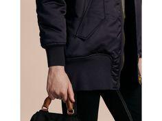 Les vêtements de prêt-à-porter Burberry pour femme, mettent à l honneur  robes, tailleurs et pièces casual, proposés dans des styles runway ou de  saison. cdcfdc9e056