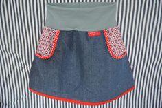 *Bezauberndes Röckchen für kleine Prinzessinnen!* ...aus schönem Blümchenmustermix aus Baumwolle mit Schrägbandeinfassungen in rot in der großen Sachenfindertasche aus Jeans sind deine...